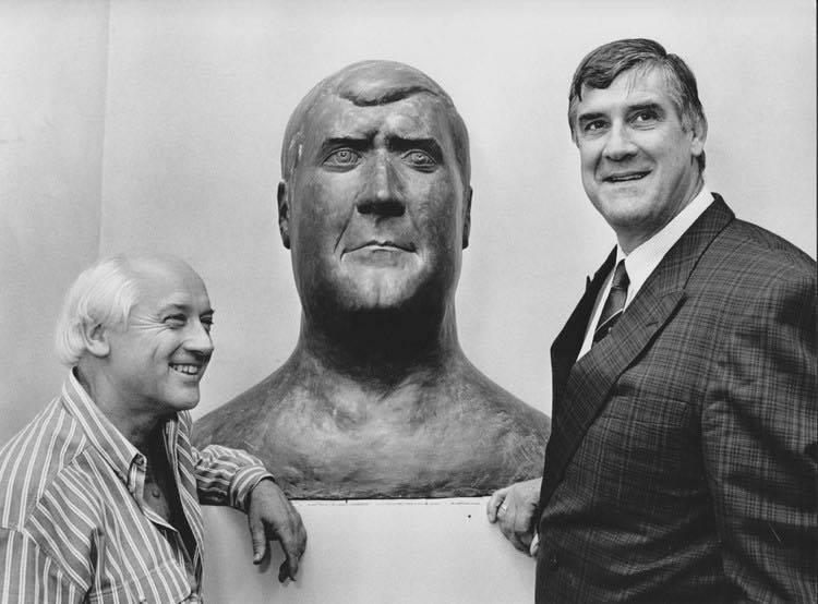 Links naast Anton staat Theo van de Vathorst de beeldhouwer van het beeld. Foto:GAU cat.nr.826497